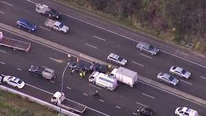 Grande congestionamento em rodovia de Sydney após acidente de caminhão