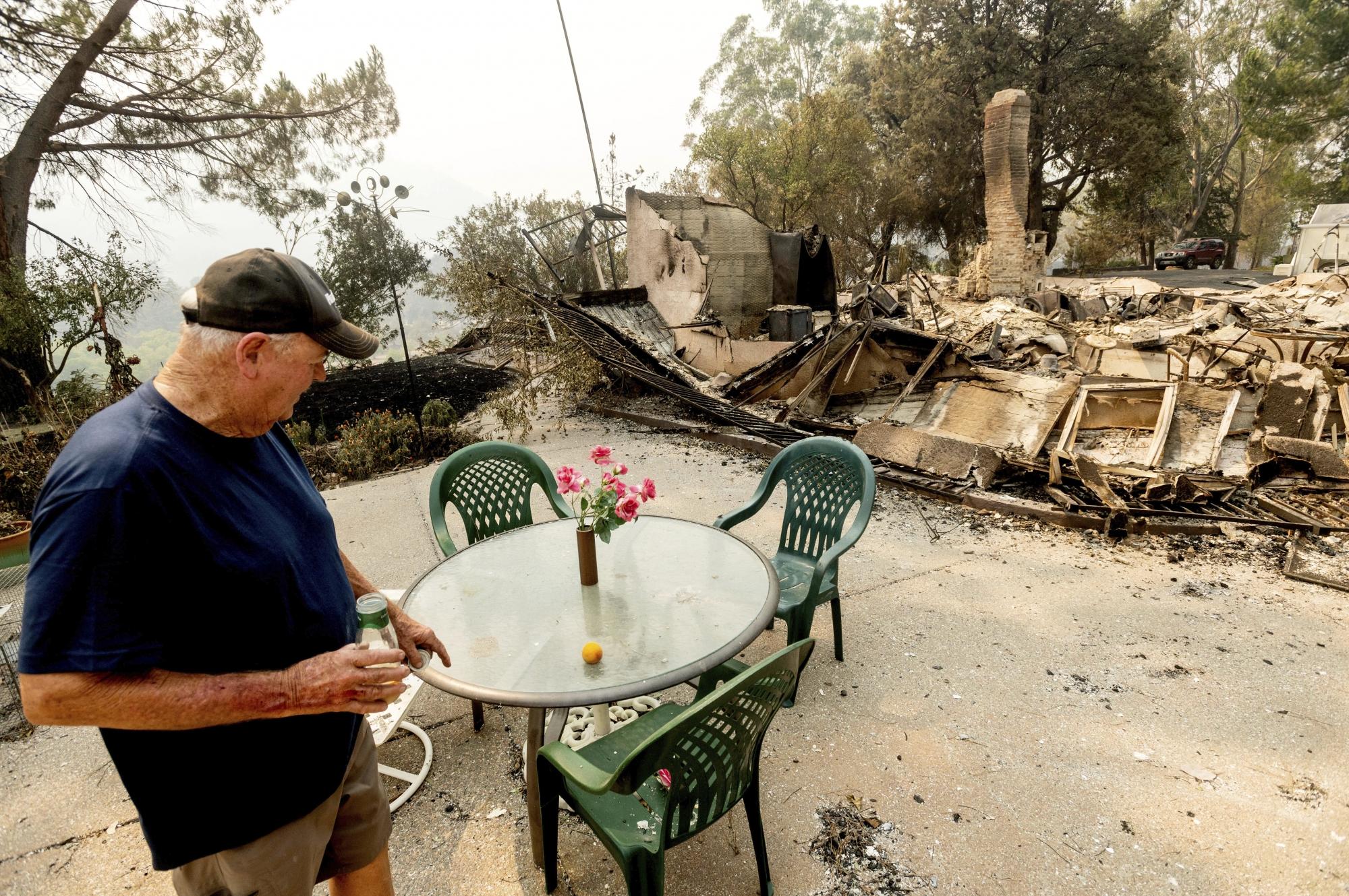Um triste homem perde para incêndio a casa que levou 30 anos para ficar pronta