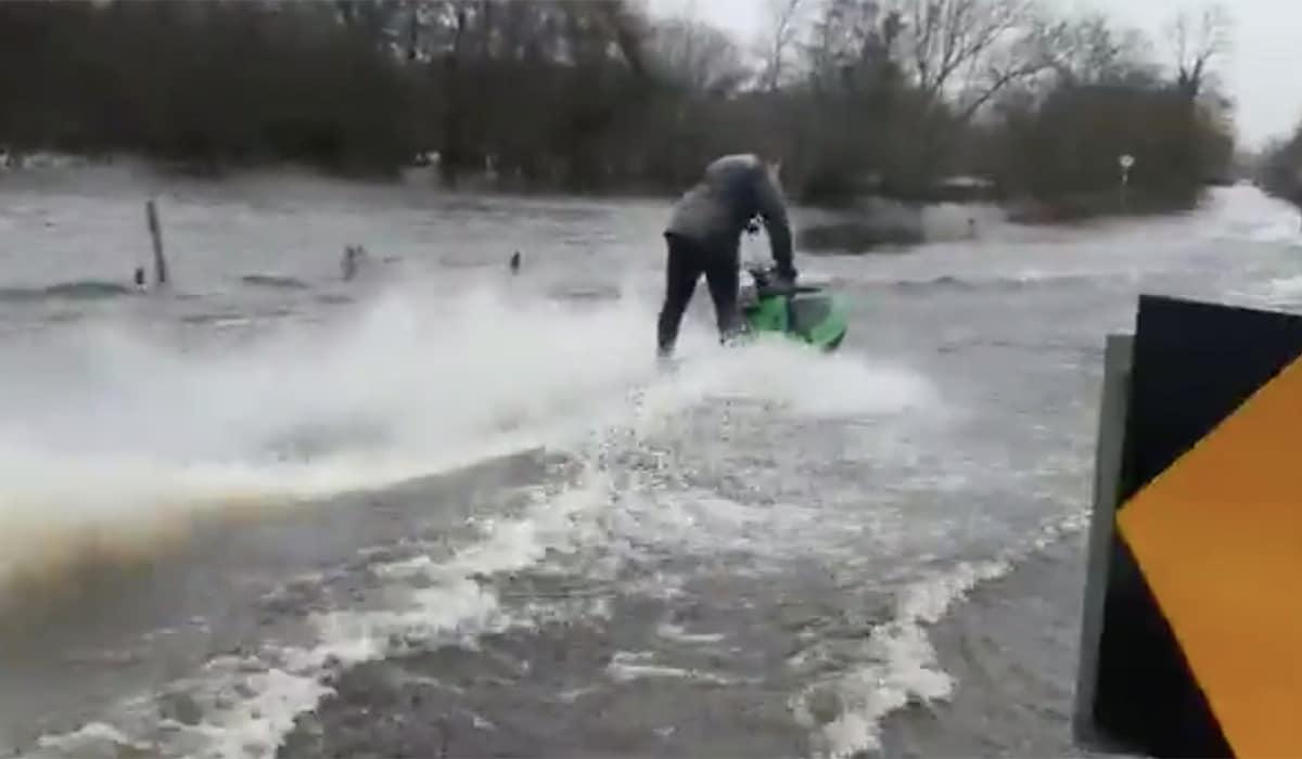 Após inundações causadas por tempestade irlandeses andam de jet skis pelas ruas