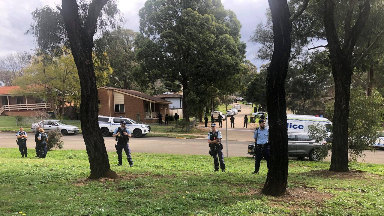 Polícia australiana faz 4 horas de cerco para prender dois jovens infratores