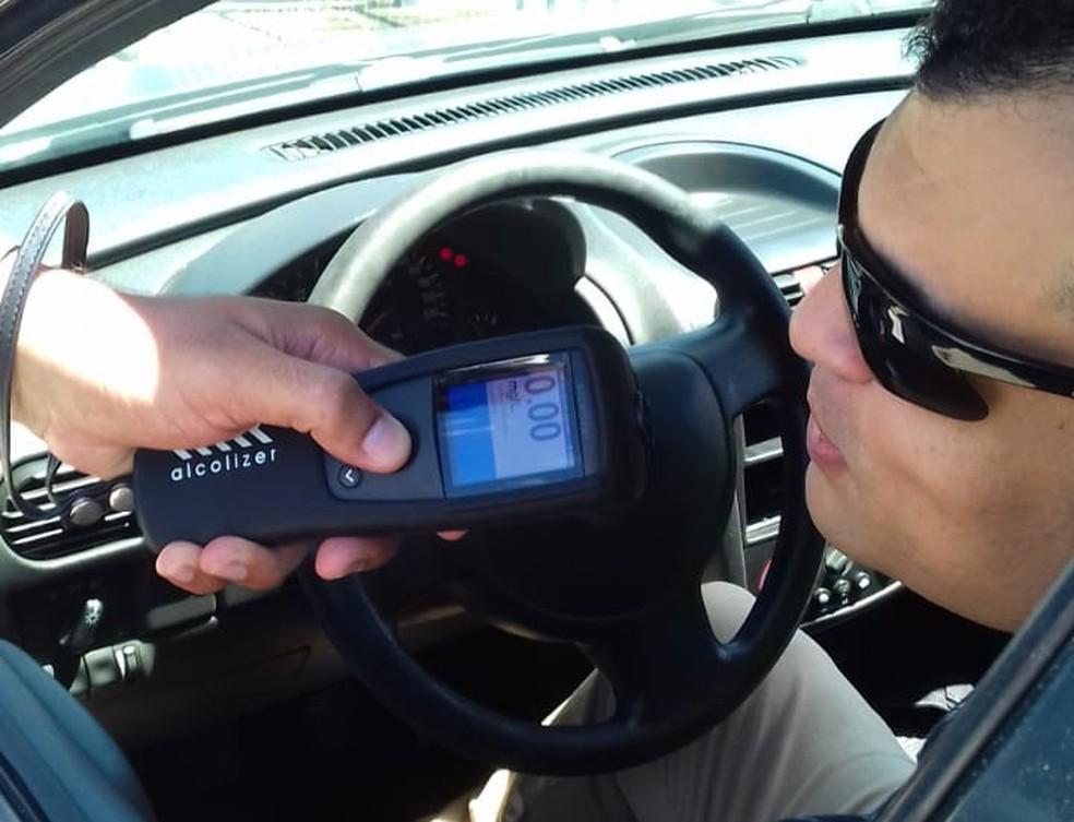 Australiano é pego dirigindo bêbado em alta velocidade e desrespeitando o isolamento