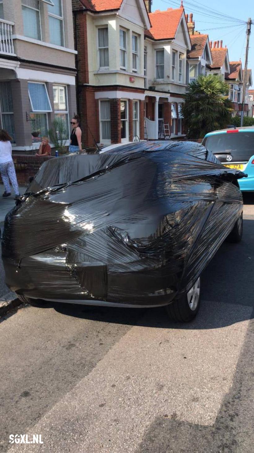 Britânico encontra solução criativa contra vizinhos que insistem em ocupar sua vaga de estacionamento