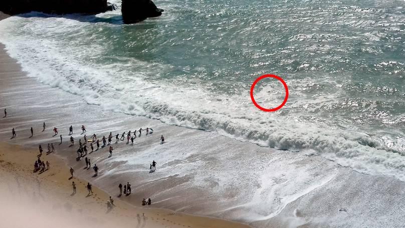 Banhistas se unem para formar 'corda humana' e salvar pessoas de afogamento