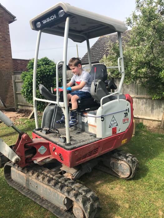 Garoto de 7 anos recebe seu primeiro salários após ajudar construtores