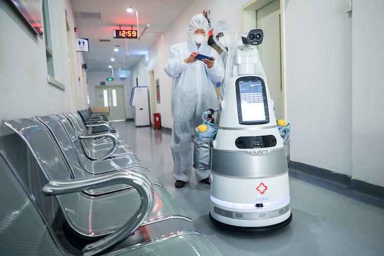 Robôs são usados para atendimento ao coronavírus em hospitais lotados