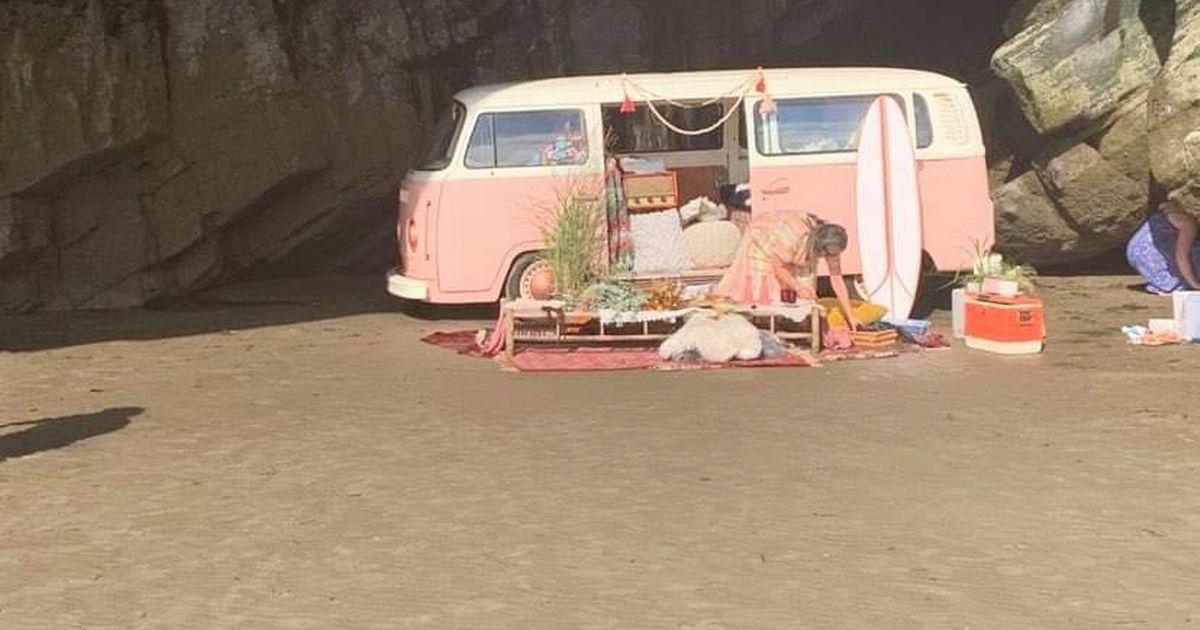 Mulher assiste seu VW Camper de 60.000 Euros ser engolido pela maré
