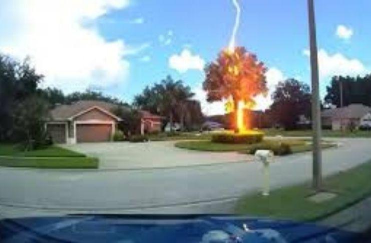 O notável momento único que um raio atingiu a curvatura de um arco-íris