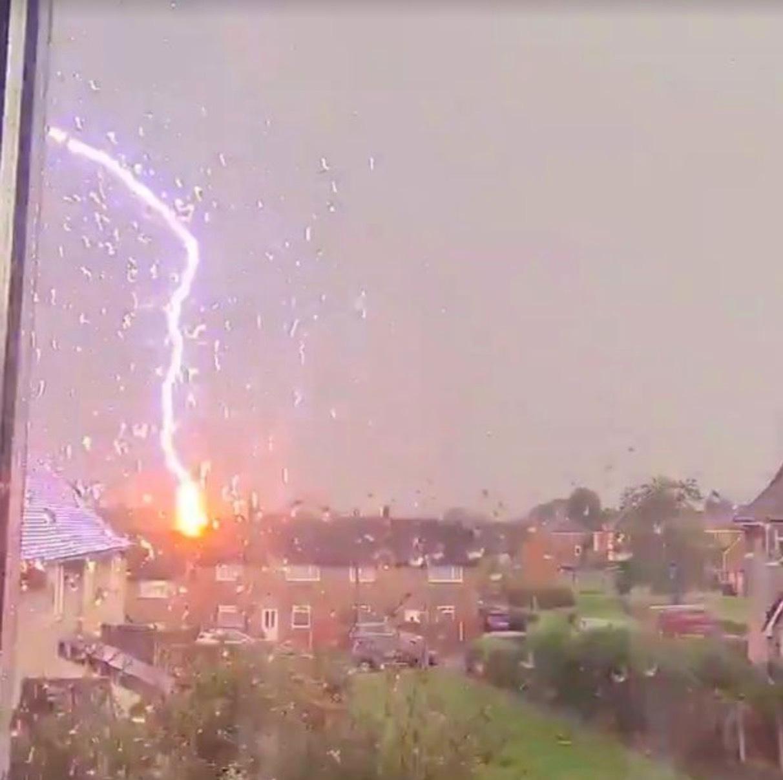 Mulher registra o momento exato em que um raio atinge uma casa vizinha