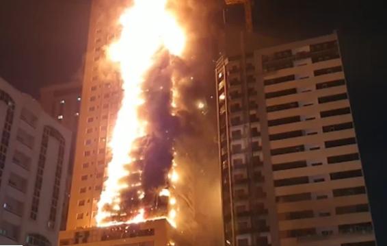 Arranha-céu é atingido por grande incêndio nos Emirados Árabes