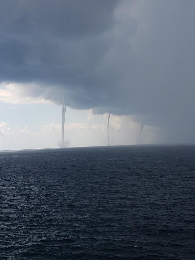 Seis trombas d'água simultâneas são registradas no Golfo do México