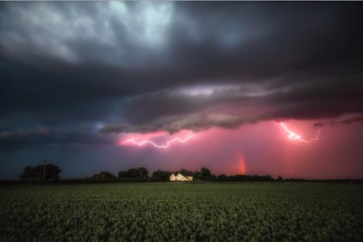 Fotógrafos do Reino Unido capturam relâmpagos e arco-íris ao mesmo tempo