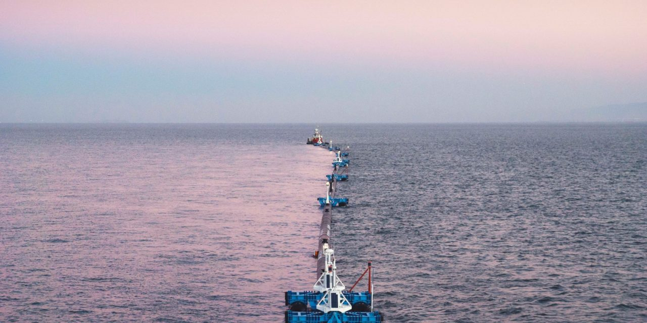 Dispositivo de limpeza é usado para coletar plástico no oceano