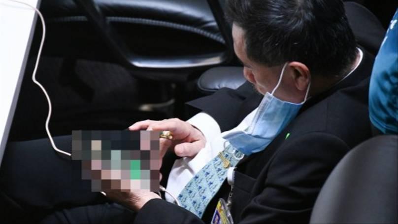 Parlamentar tailandês é pego assistindo pornografia no parlamento