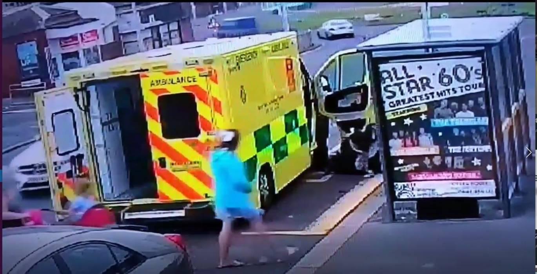 Homem tenta roubar ambulância enquanto paramédicos tratavam uma vítima em seu interior