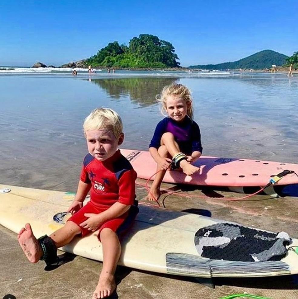 Garotinho aprende sozinho a surfar aos dois anos de idade