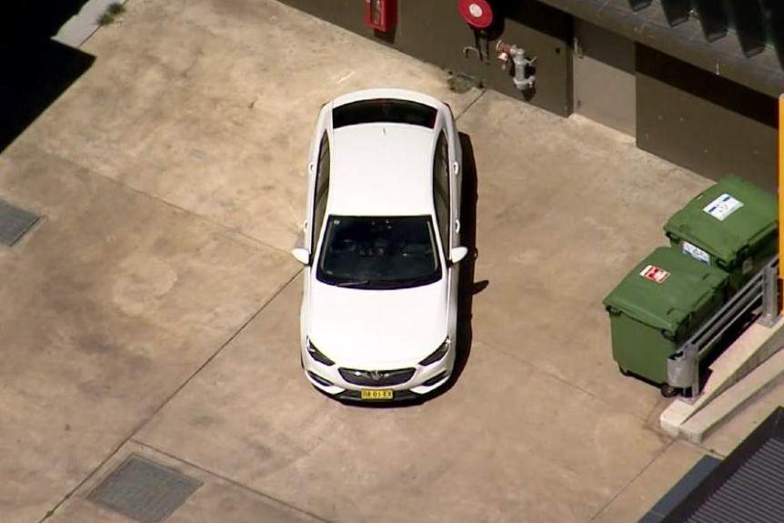 Mulher esfaqueada presa no porta-malas de um carro é resgatada em rodovia