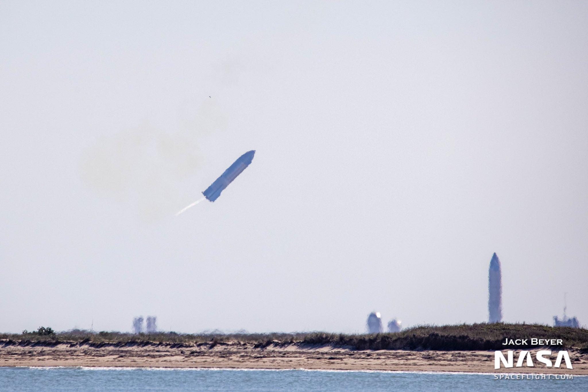 Foguete SpaceX explode na tentativa de pouso após o vôo de teste
