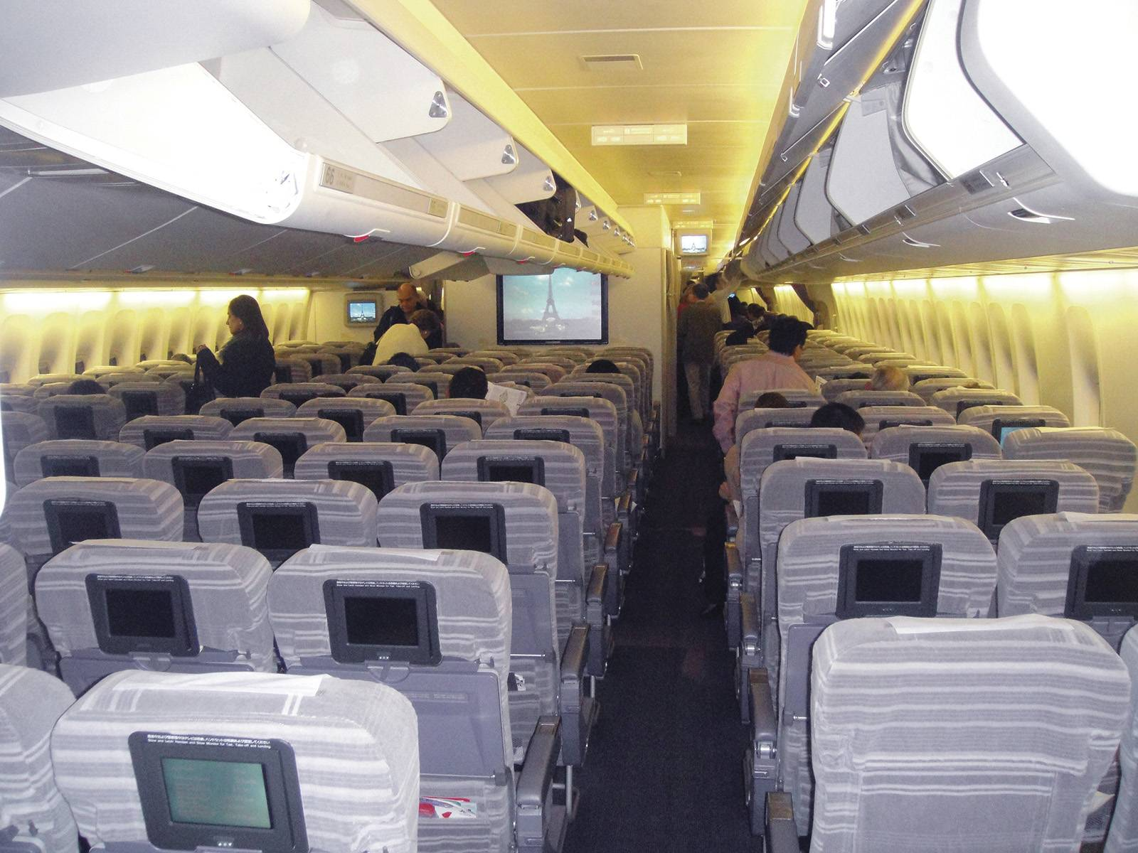 Uma comissária de bordo tiktoker revela o que acontece quando alguém morre no voo